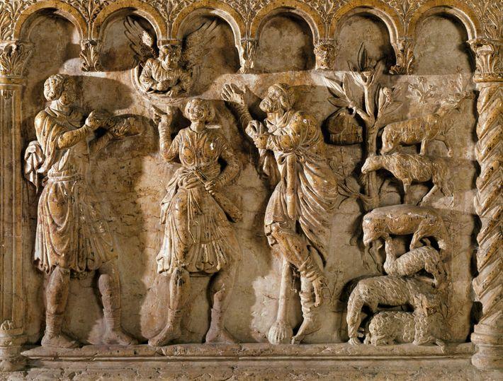 Les bergers écoutent un ange annoncer la naissance de Jésus dans un relief du 12e siècle ...
