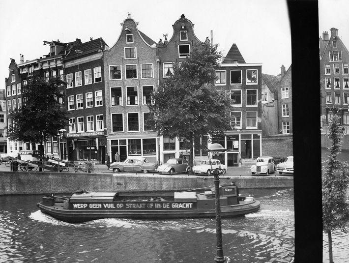 La vue depuis l'annexe où s'étaient réfugiées Anne Frank et sept autre personnes (sa sœur et ...