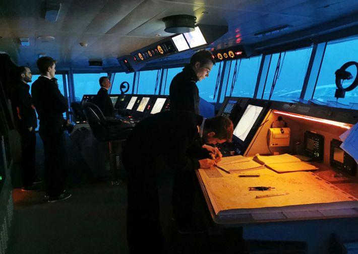 Le passage duGrandidier, enAntarctique, vu depuis la passerelle. Si aujourd'hui unsimple volant remplace la barre d'autrefois, ...