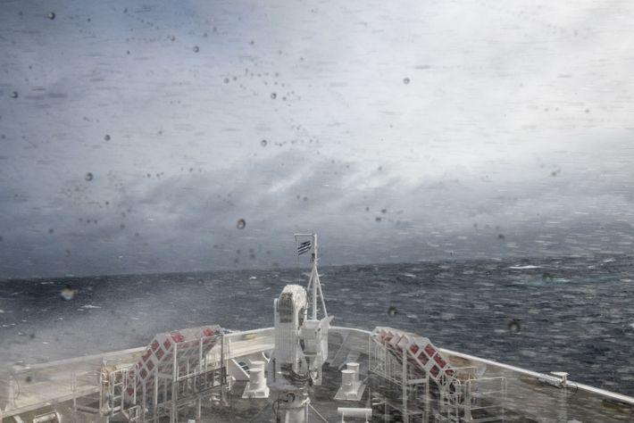 L'Austral franchit le passage de Drake, redouté des marins, dansune version relativement clémente, avec unehoule d'environ ...