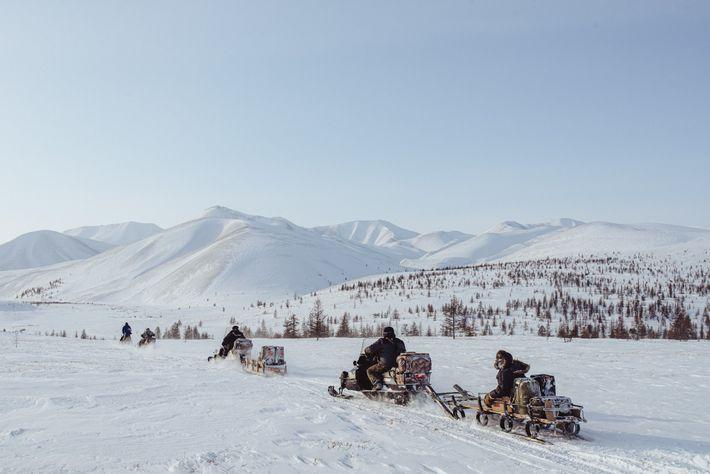 Des éleveurs de rennes de Kioussour, en Yakoutie, partent pour un autre camp avant la vaccination ...