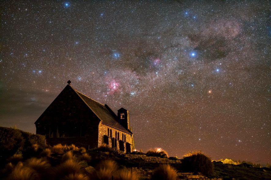 Les étoiles brillent de mille couleurs dans de le ciel de Church of the Good Shepherd ...