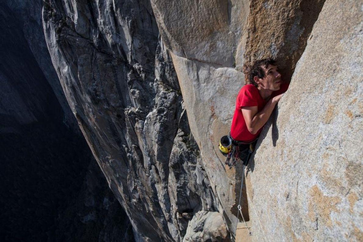 Ici photographié lors de son ascension en solo intégral d'El Capitan, Alex Honnold atteint une crevasse.