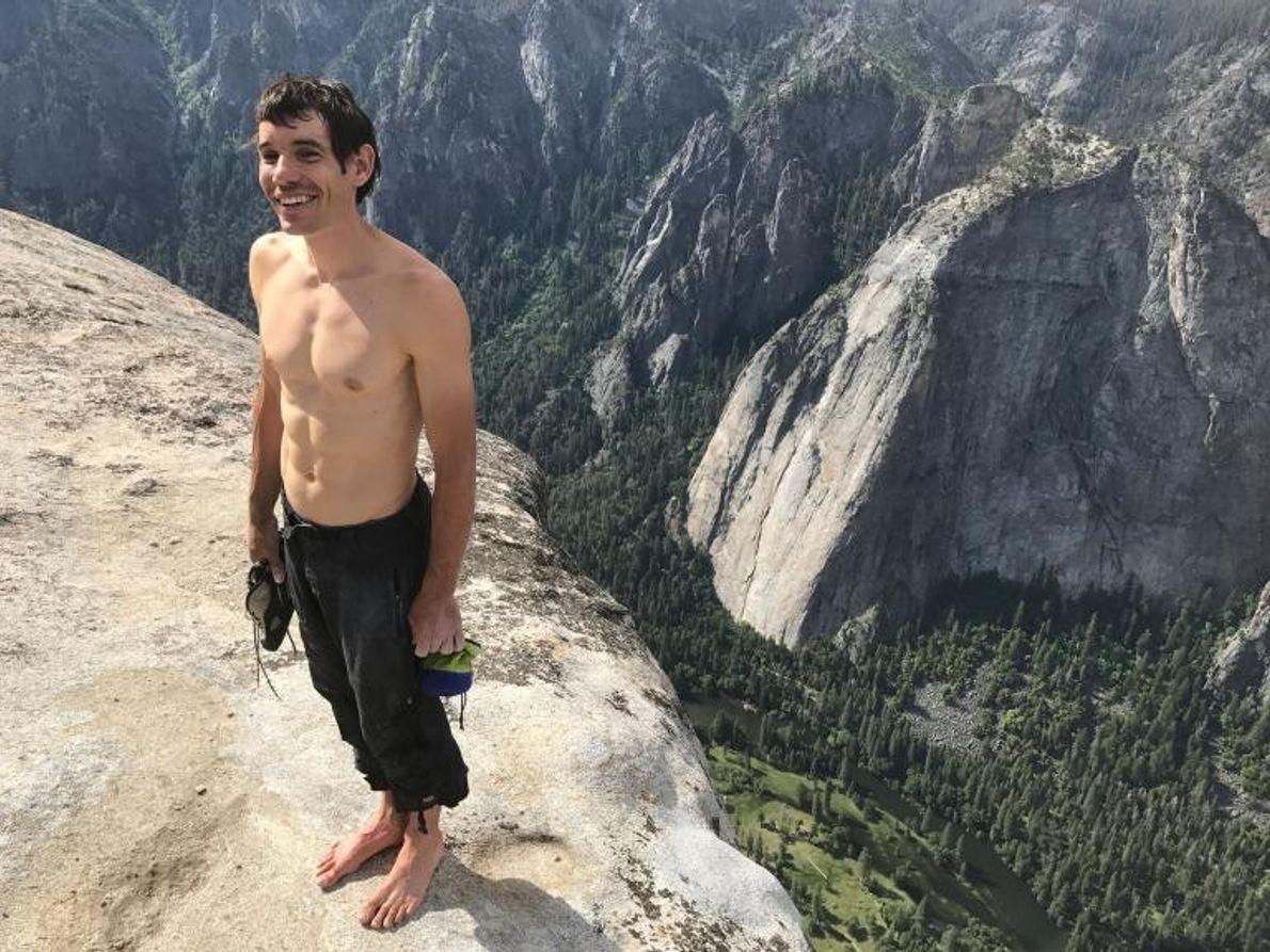 Au sommet d'El Capitan, Alex Honnold vient de réaliser la toute première ascension en solo intégral ...