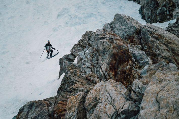 Au cours de sa descente, Andrzej Bargiel a dû affronter de nombreux dangers, comme passer sous ...