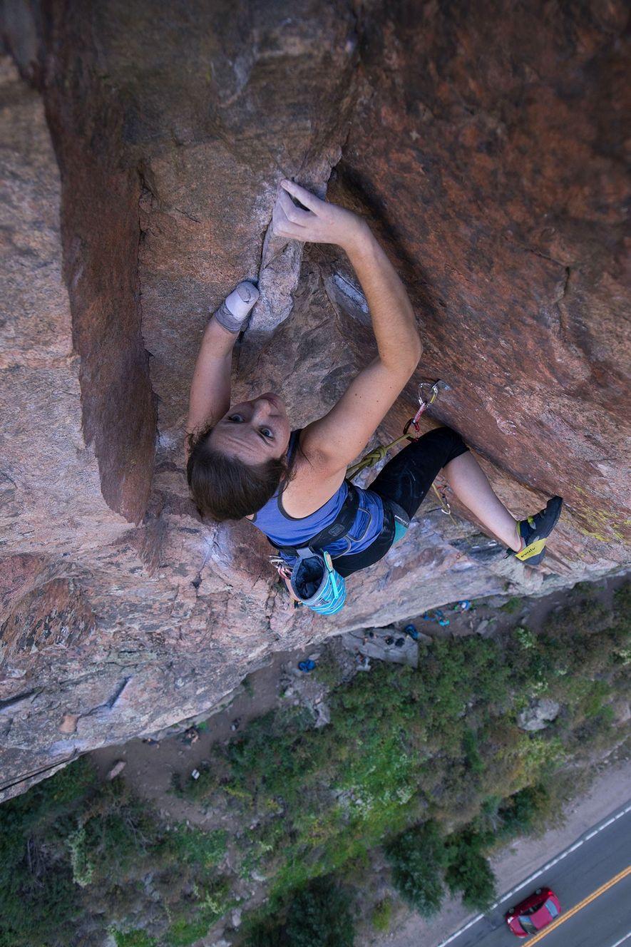 Maureen Beck grimpe une voie du canyon Clear Creek, dans le Colorado. Avant de participer à ...