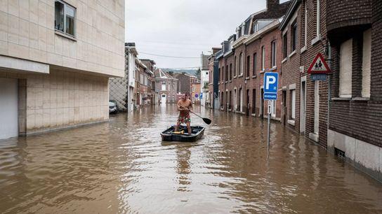 Sur ce cliché pris le 16 juillet 2021 en Belgique, un homme rame à bord d'une embarcation dans ...