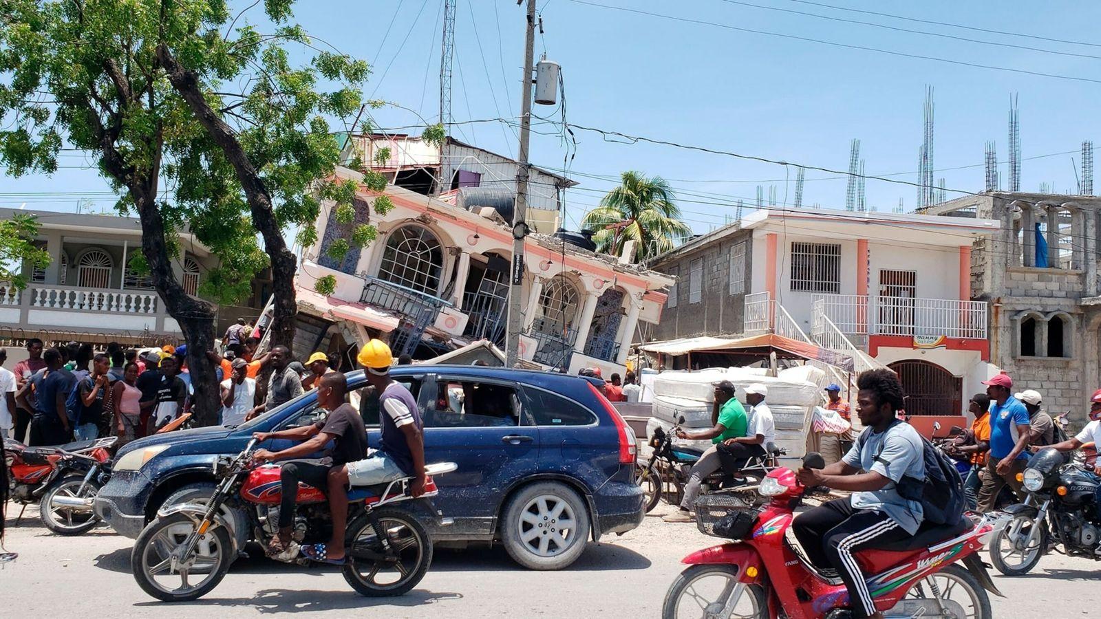 Les secousses du tremblement de terre de magnitude 7,2 ont dévasté les maisons et les commerces ...
