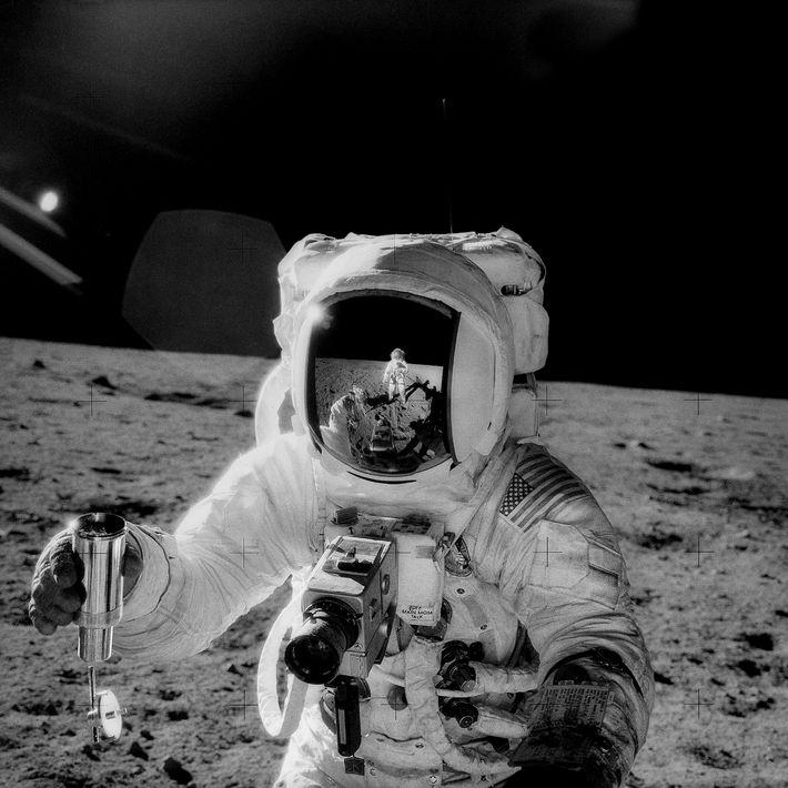 Ce sont des astronautes qui ont récolté les tout premiers échantillons vierges issus d'un autre monde, ...