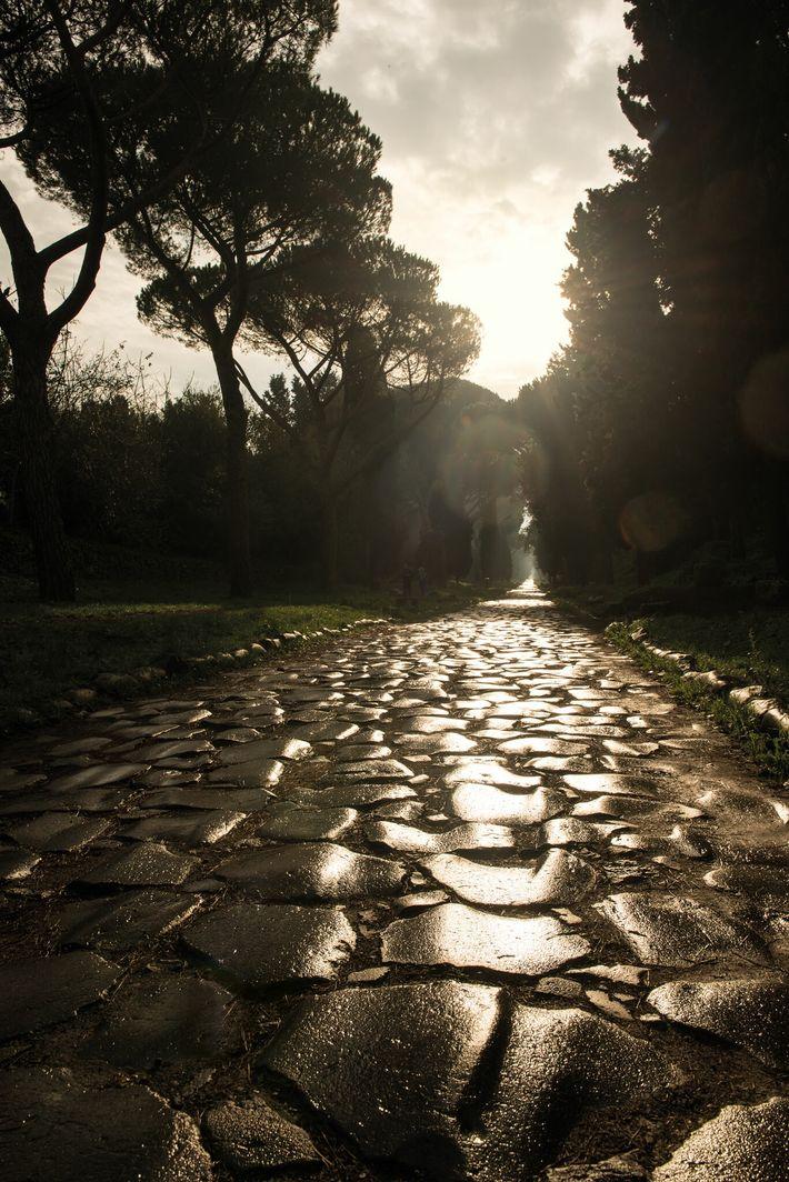 La voie Appienne, dont la construction débuta en 312 av. J.-C., est sans doute l'une des voies romaines les ...