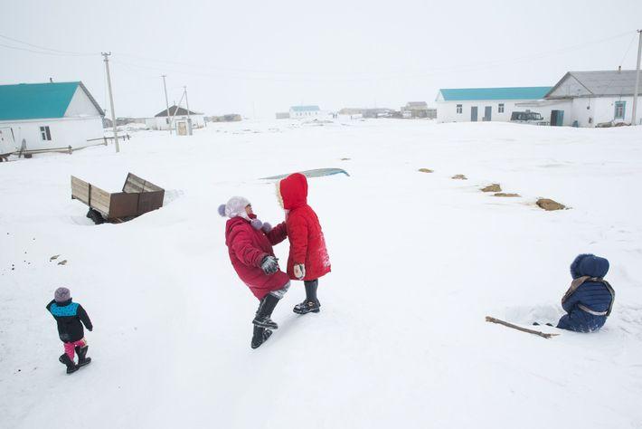 Des enfants jouent sur une congère à Tastubek, Kazakhstan. Là-bas, les possibilités économiques s'améliorent en même ...