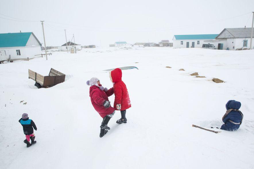 Des enfants jouent sur une congère à Tastubek, Kazakhstan. Là-bas, les possibilités économiques s'améliorent en même temps que l'état de santé de la mer.