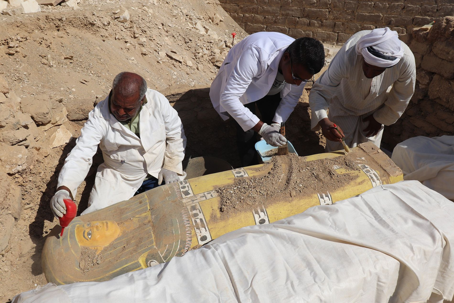 Fouille de sarcophages âgés de plus de 3500 ans (début de la 18e dynastie) par Younis ...