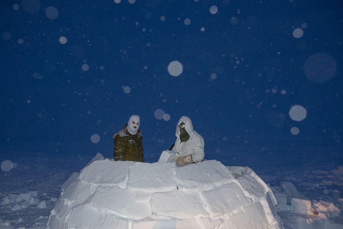Dans le Haut-Arctique, des soldats canadiens construisent un igloo pendant la phase de leur formation au ...