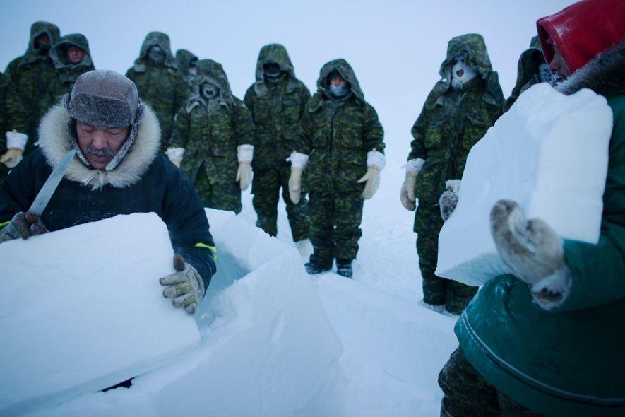 Pour survivre malgré les températures glaciales qui règnent dans le Haut-Arctique, il convient de s'abriter ou ...