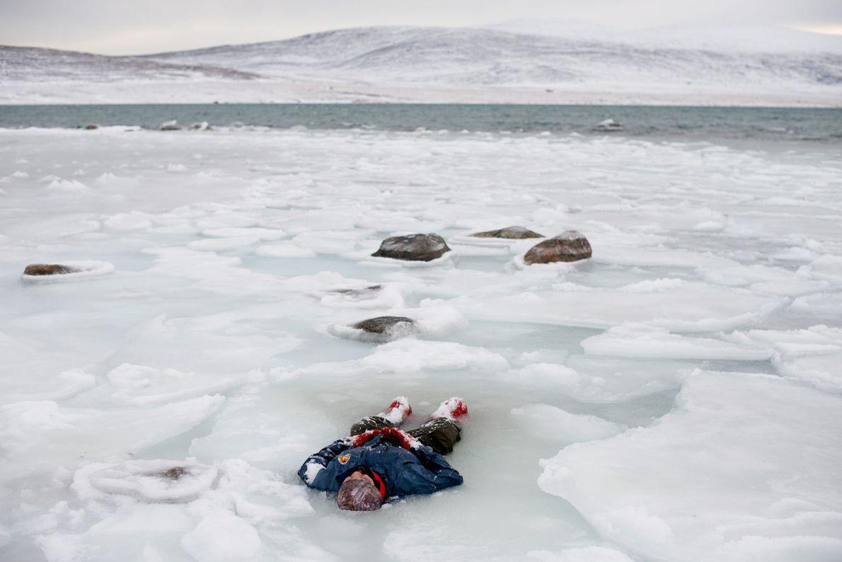 Près du village de Clyde River, situé sur l'île de Bafin, un Ranger canadien allongé dans ...