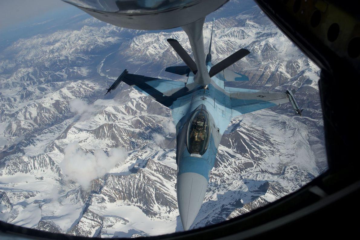 Un F-16 des United States Air Force est ravitaillé au-dessus de l'Alaska. L'avion de combat fait ...
