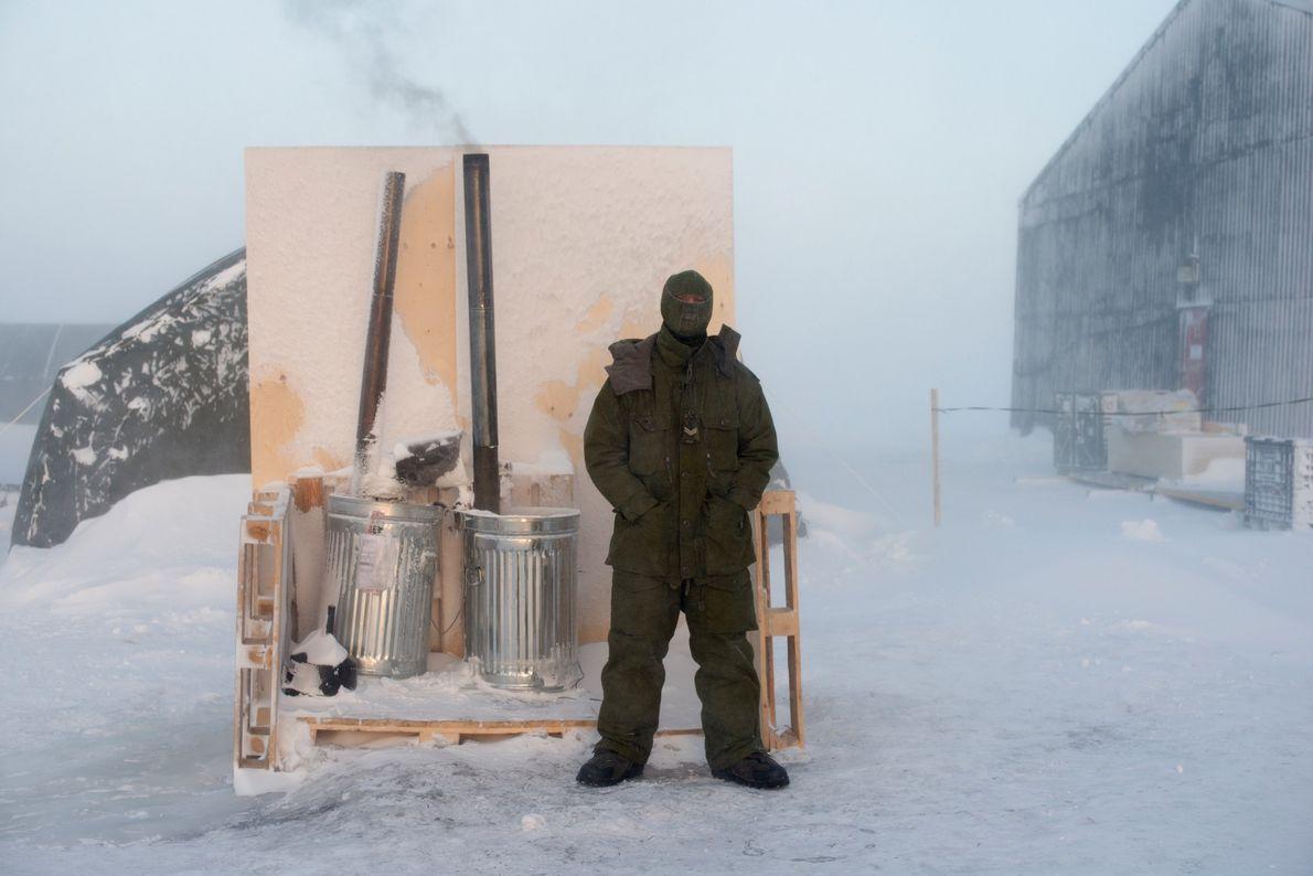 Au camp d'entraînement de l'Arctique situé à Hall Beach au Nuvanut, le caporal Stewart Hickman, de ...
