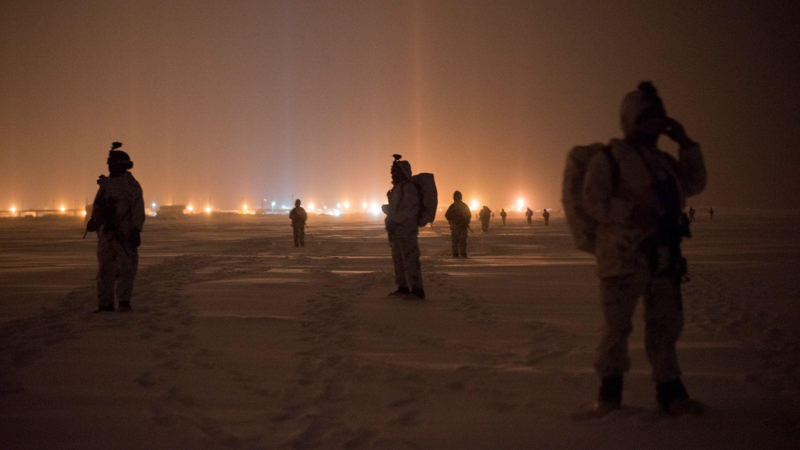 Dans le cadre d'un exercice, des Marines et des bérets verts patrouillent dans la toundra près ...