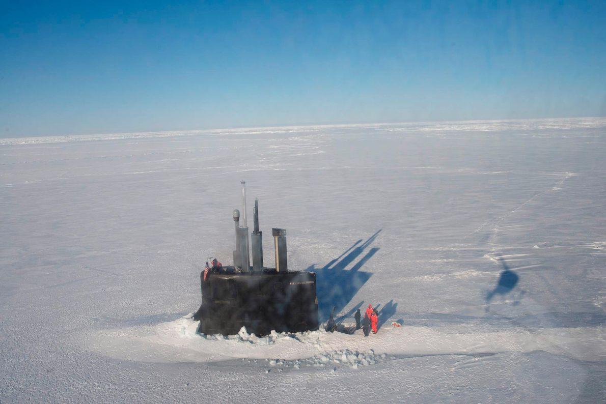 Au cours d'un exercice réalisé dans la mer de Beaufort, le kiosque de l'U.S.S Connecticut, un ...