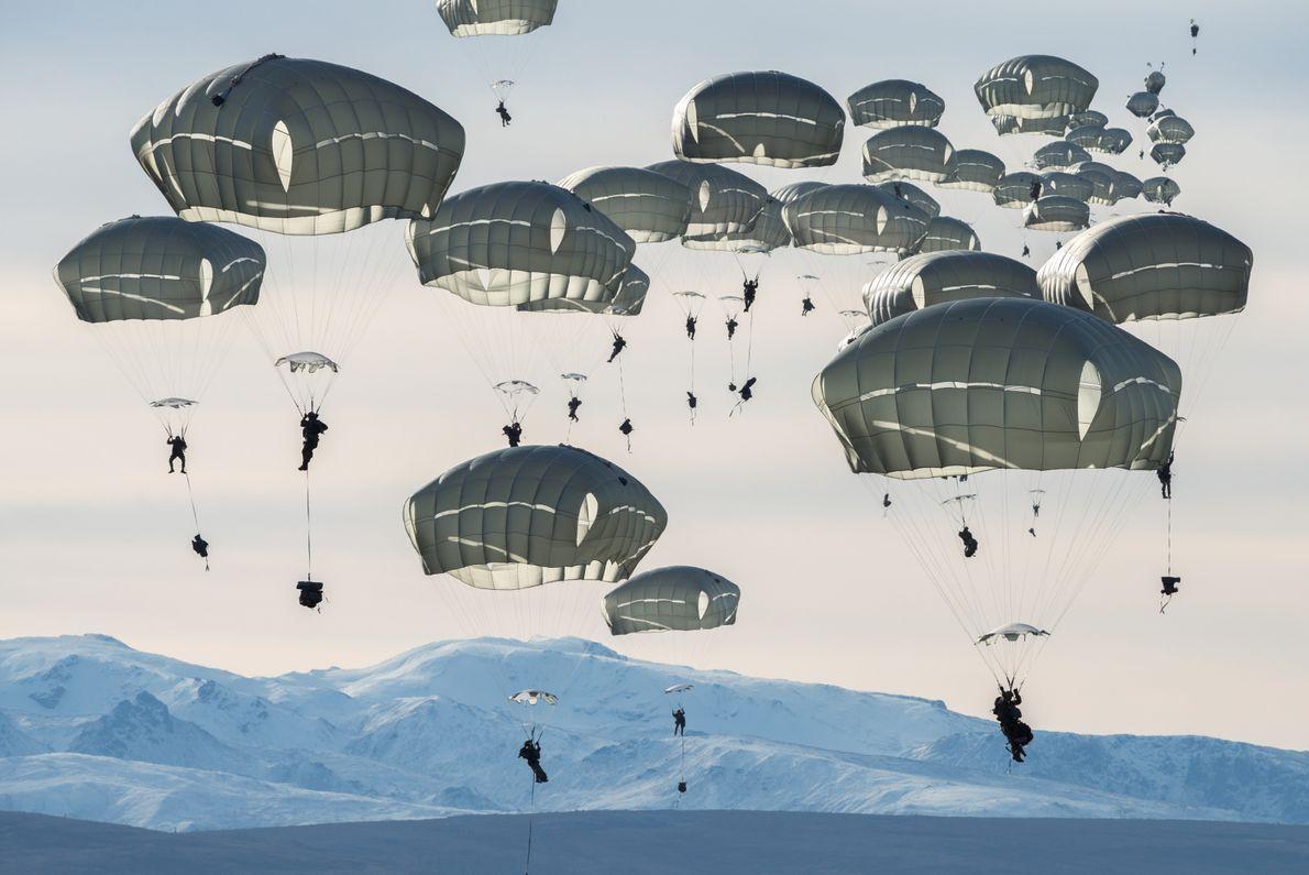 Environ 400 soldats des États-Unis s'entraînent au saut en parachute près de Fort Greely en Alaska. ...