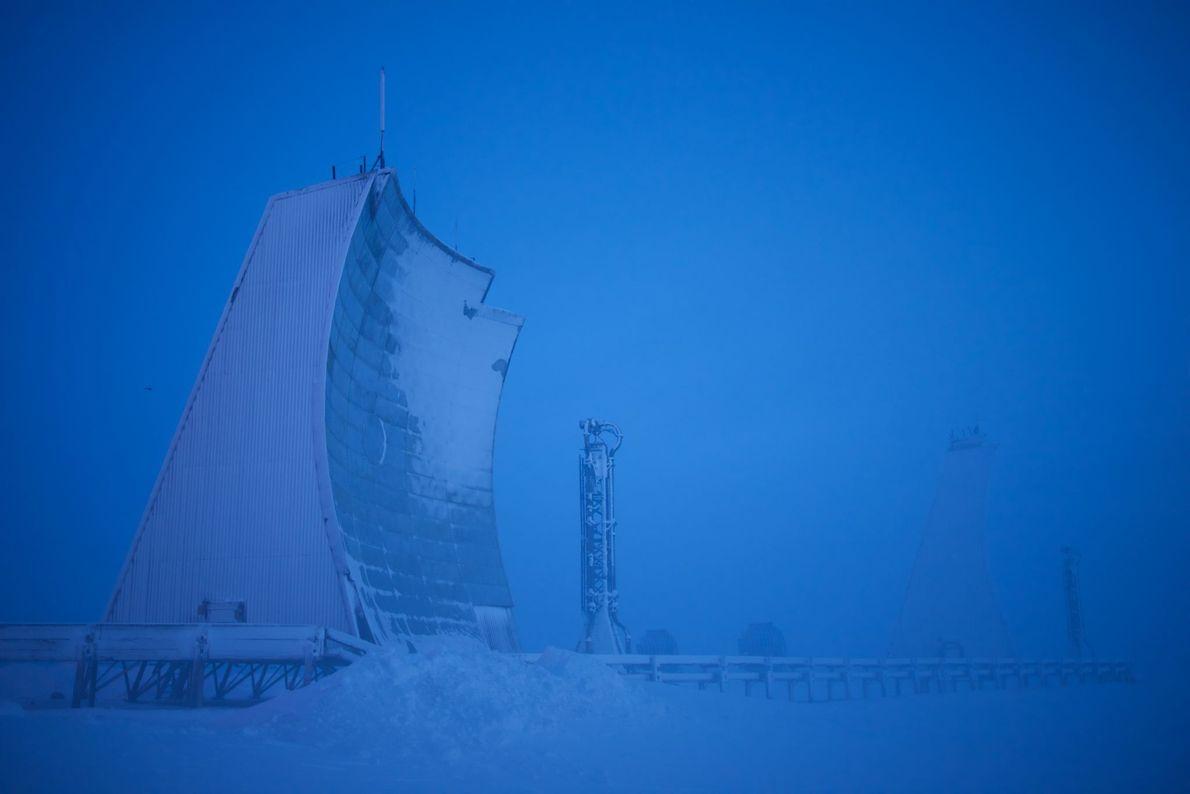 Au Canada, une installation radar longue portée s'élève dans la toundra à Hall Beach, au Nuvanut. ...