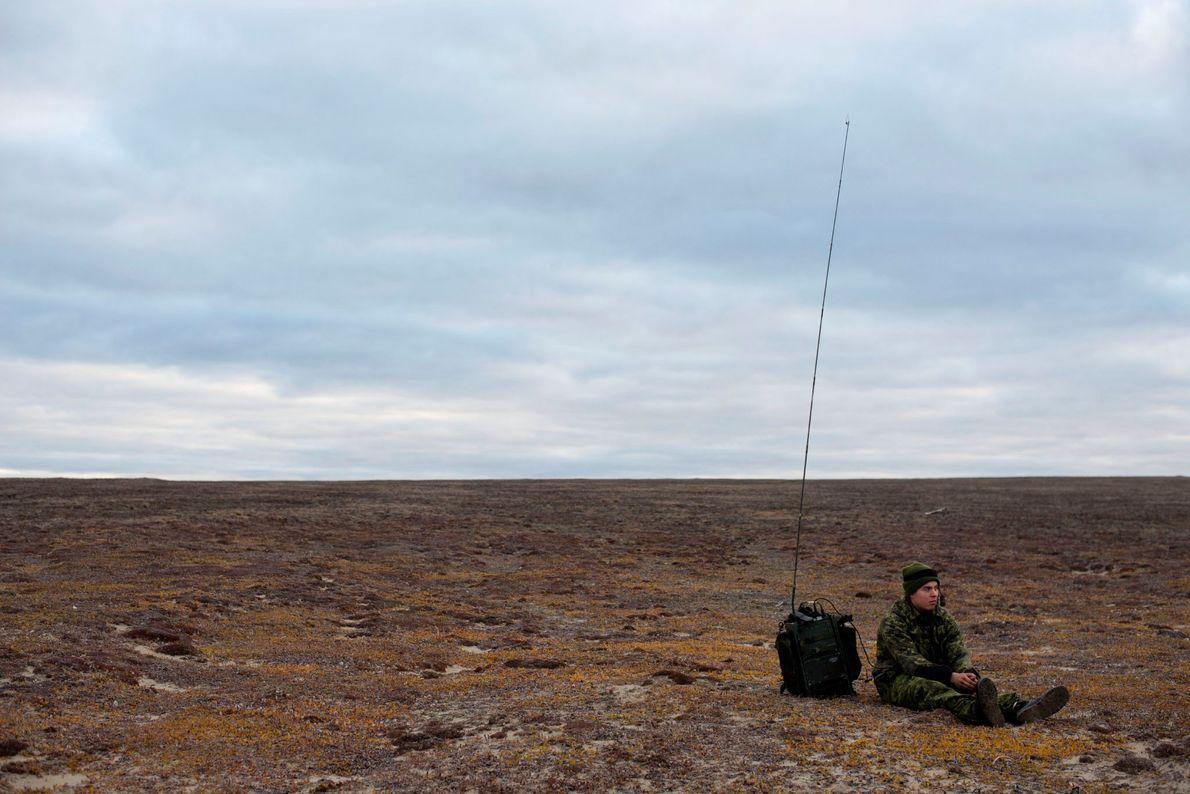 Près de Blue Fox Harbor, situé sur l'île Banks dans l'Arctique canadien, un soldat patiente auprès ...