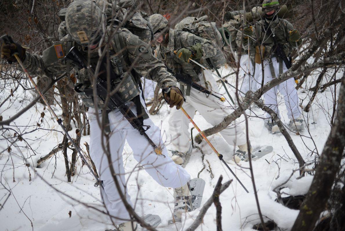 Les broussailles, la couche épaisse de neige et le port d'un équipement inhabituel, composé de raquettes ...