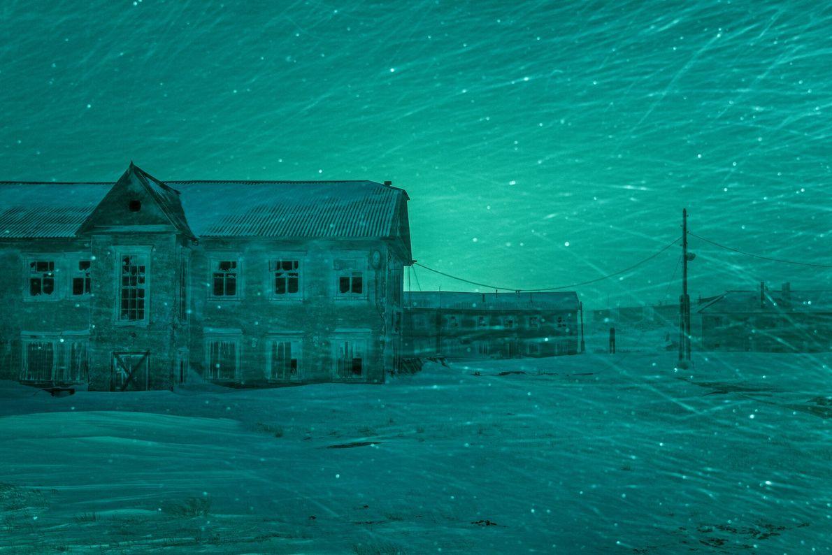 Soulevée par le vent, la neige enveloppe les édifices abandonnés et jette un regard froid sur ...