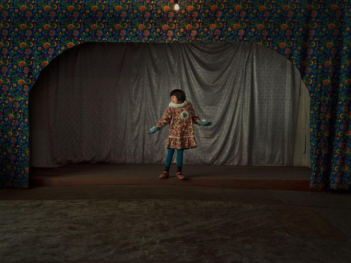 Vika Taenom porte une tenue traditionnelle tchouktche, appelée kamleika, pendant une répétition de danse au centre ...