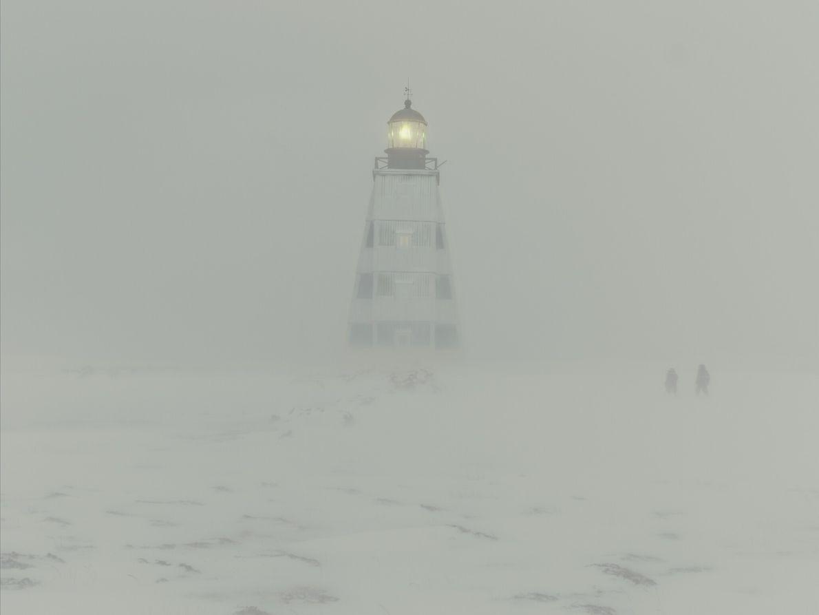 Kostikova et Sivkov font route vers le phare qui semble flotter au beau milieu du blizzard. ...