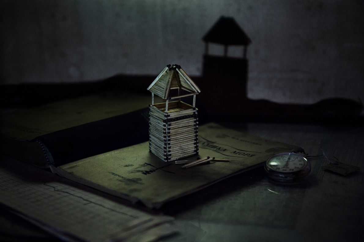 Cette maquette de phare en allumettes construite par Korotki semble projeter l'ombre du paysage arctique sur ...