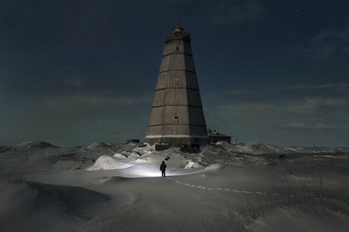 Korotki se dirige vers un phare mis hors service il y a plus de 10 ans. Lorsqu'il ...