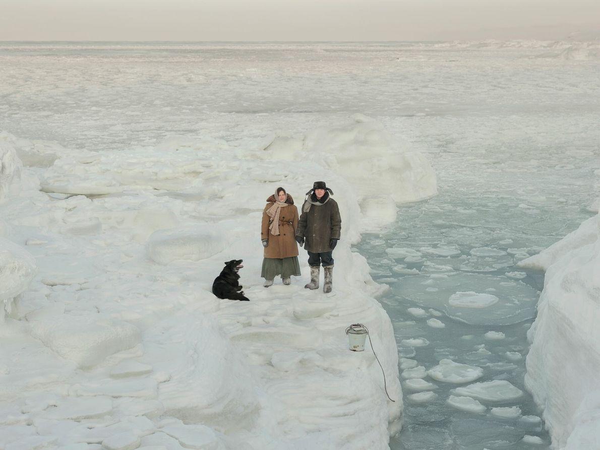 Rejoints par leur chien, Dragon, Kostikova et Sivkov prélèvent des échantillons pour mesurer la salinité de ...
