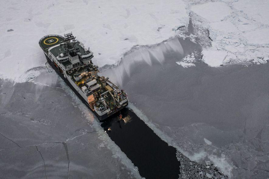 Le brise-glace Kronprins Haakon ouvre un canal sombre à travers la couverture glaciaire de l'Arctique alors ...