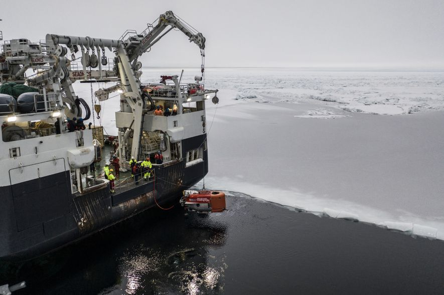 Reconnaissable à sa couleur orange, le sous-marin Nereid Under Ice est ici descendu dans les eaux ...