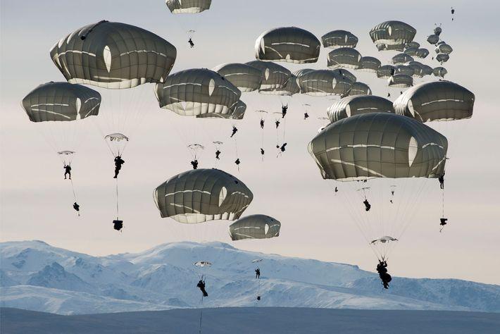 Des soldats américains sautent en parachute au-dessus de la zone d'entraînement de Donnelly, située non loin ...
