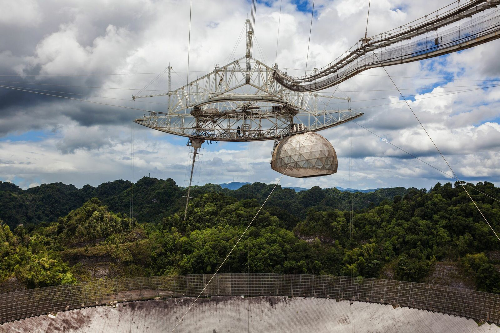 Situé dans le nord de Porto Rico, le radiotélescope à réflecteur unique de l'observatoire d'Arecibo est le ...