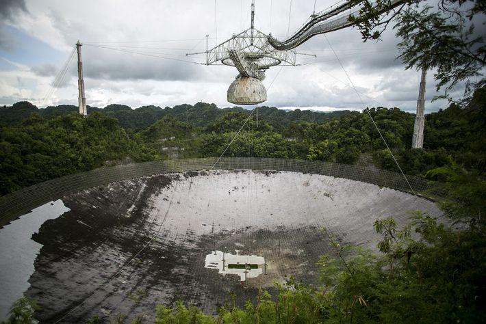 La plateforme suspendue au-dessus du radiotélescope d'Arecibo abrite de nombreux instruments scientifiques de l'observatoire. Elle risque ...