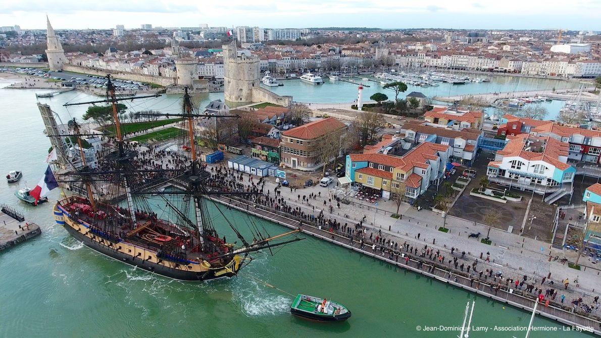 L'Hermione lors de son arrivée au port de La Rochelle.