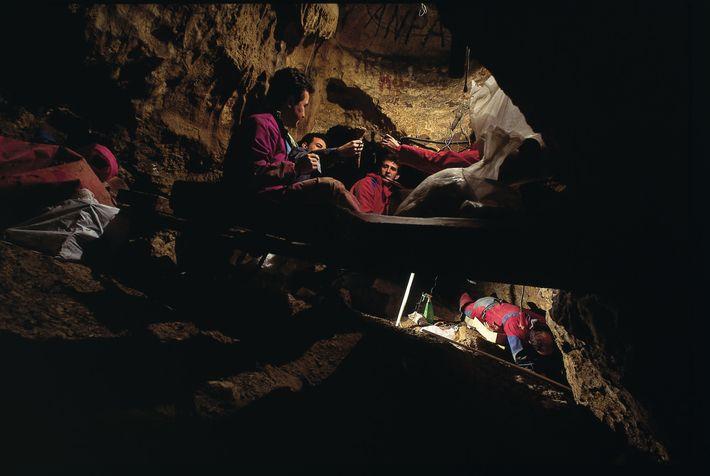 La grotte « Sima de los Huesos » en Espagne.Les restes de 28 individus qui vivaient ...