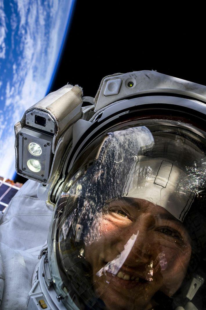 L'astronaute de la NASA Christina Koch prend un selfie spatial avec la Terre en arrière-plan. Le 18 octobre 2019, ...