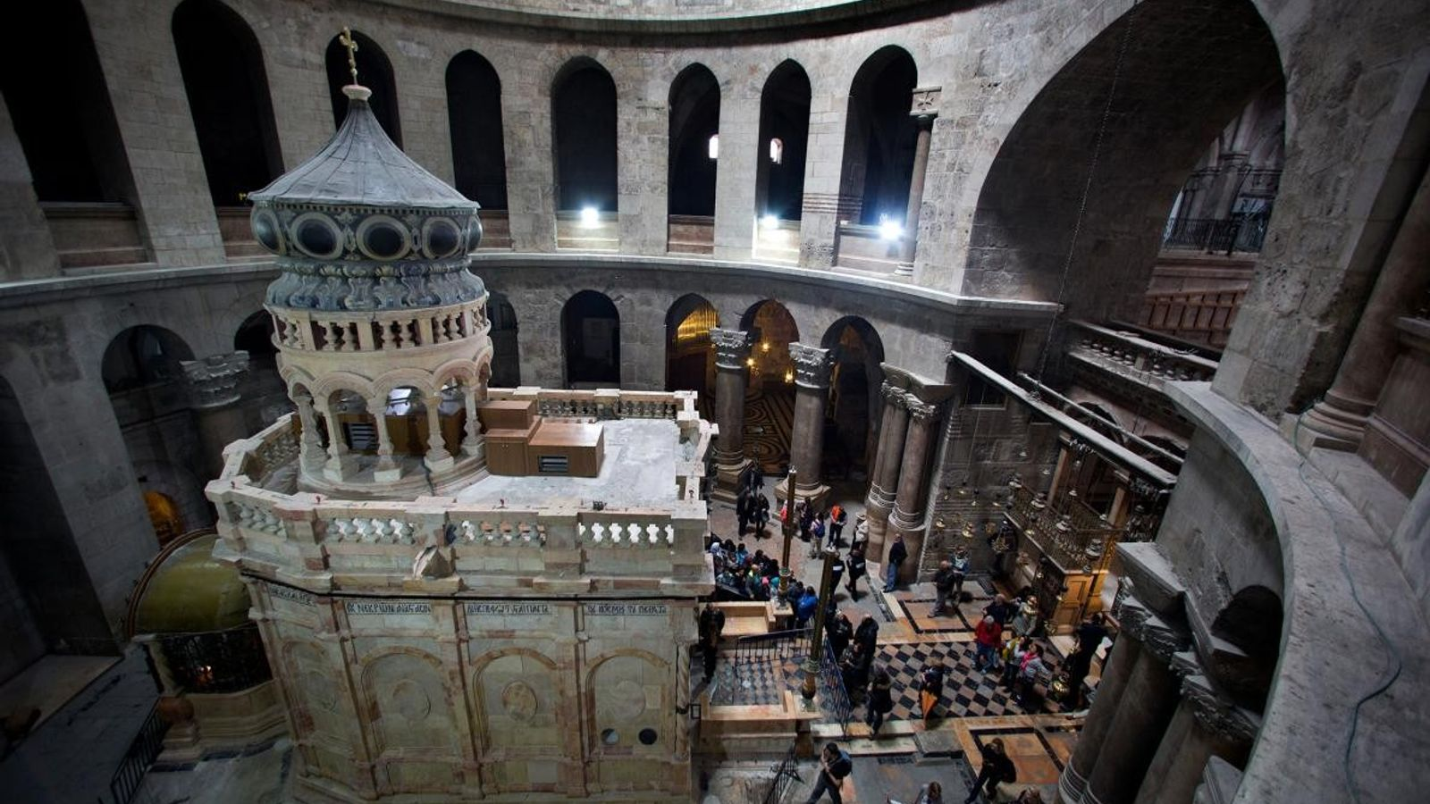 Au sein de l'église du Saint-Sépulcre de Jérusalem, le sanctuaire orné, également appelé édicule, renferme ce ...