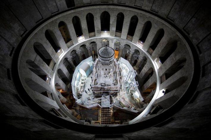 Vue en contre-plongée de la rotonde, où des échafaudages encerclent l'édicule lors des travaux de restauration, ...