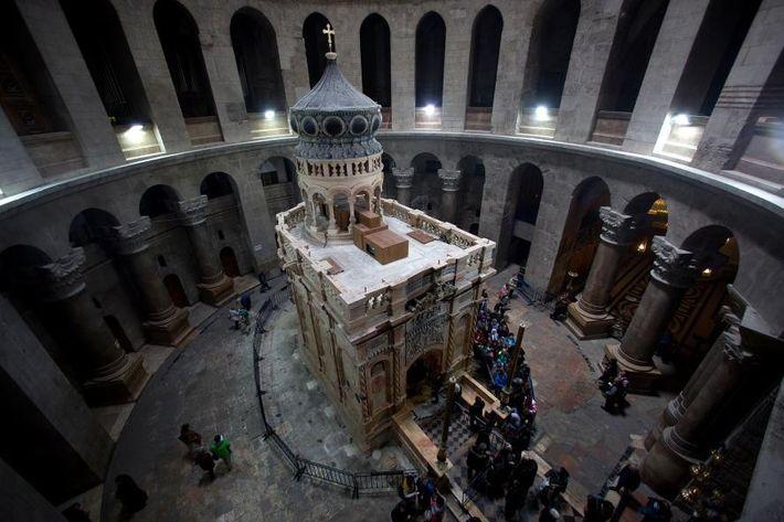 La rotonde renfermant l'édicule constituerait le vestige de la première église bâtie sur le site vers ...
