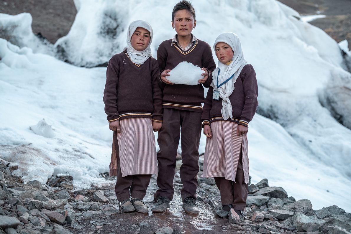 Trois élèves du collège Karith posent devant le stupa qu'ils ont aidé à construire. Leurs enseignants utilisent ...