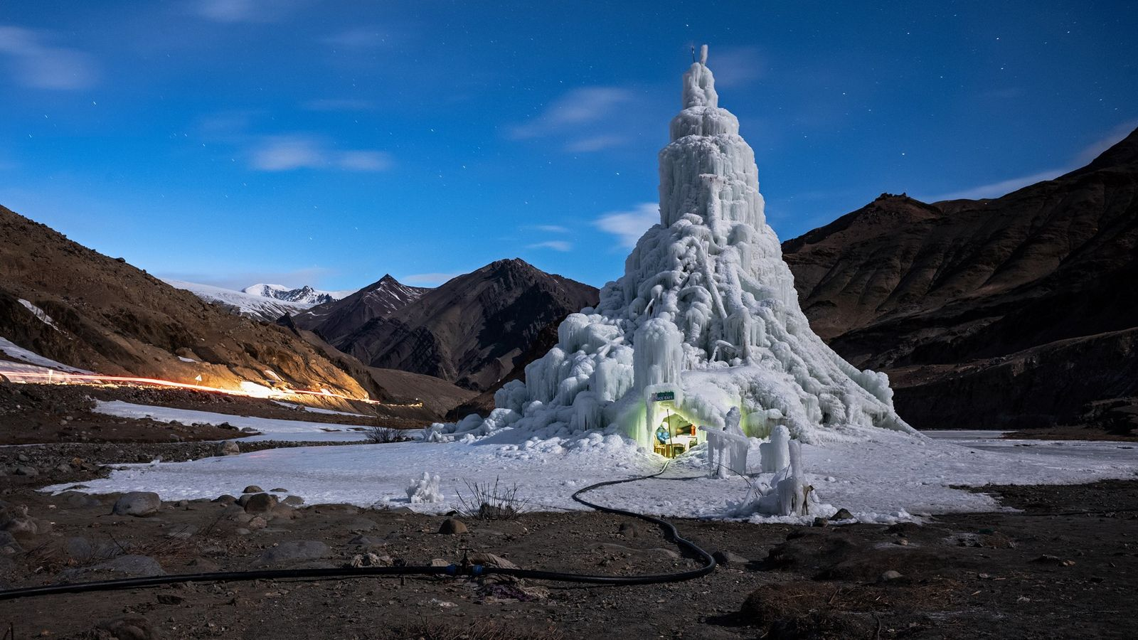 Réservoir et bar -Des stupas de glace stockent les eaux de fonte hivernales pour arroser les ...