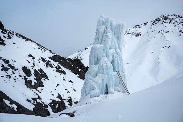 Ce stupa à l'ombre des montagnes, près du village de Lamso, a perduré tard en été. ...
