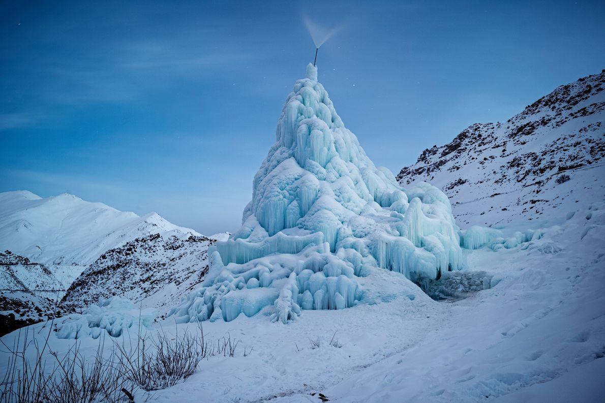 Les stupas de glace sont édifiés en hiver, en canalisant l'eau d'un ruisseau d'altitude. Les gouttes ...