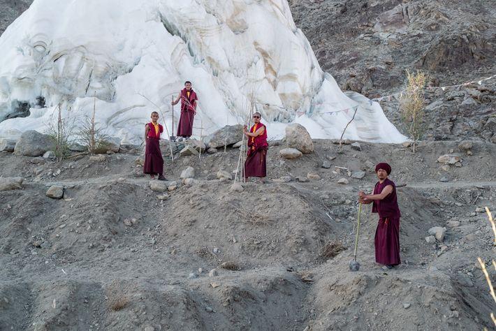 Les moines du monastère de Phyang s'occupent des saules et des peupliers alimentés par l'eau de ...